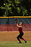 De vrouwelijke softballspeler treft voorbereidingen om bal te vangen Stock Afbeelding