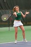 De vrouwelijke Speler van het Tennis raakt het Schot van de Voordelige positie royalty-vrije stock fotografie