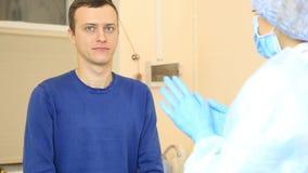 De vrouwelijke spuit van de artsenholding, die een injectie aan patiënt voorbereidingen treffen voor te leggen stock footage