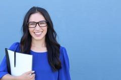 De vrouwelijke student die van Nice en camera glimlachen bekijken Stock Afbeeldingen