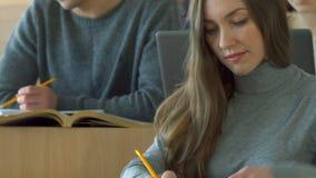 De vrouwelijke student stelt één of andere vraag aan mannelijke klasgenoot royalty-vrije stock foto