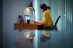 De Vrouwelijke Student Studying At Night van het universiteitsmeisje Royalty-vrije Stock Foto's
