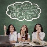 De vrouwelijke studenten leren verschillende talen Stock Fotografie