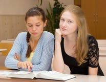 De vrouwelijke studenten zijn bezig geweest met het klaslokaal Stock Foto's