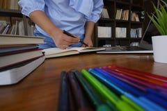 De vrouwelijke studentenlezing boekt studieonderzoek naar bibliotheek voor onderwijsconcept royalty-vrije stock fotografie