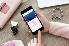 De vrouwelijke telefoon van de handholding met app van de debetkaart aanraking betaalt royalty-vrije stock afbeelding
