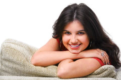 De vrouwelijke tiener stelt op de bank Royalty-vrije Stock Afbeelding