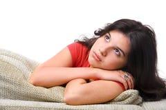 De vrouwelijke tiener stelt op de bank Stock Foto's