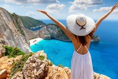 De vrouwelijke toerist geniet van de mening aan het beroemde schipbreukstrand op het eiland van Zakynthos stock afbeeldingen