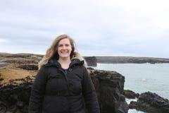 De vrouwelijke toerist op de leeftijd van 20-25 stelt langs snaefellsnes schiereiland in het Westelijke deel van IJsland Stock Foto's