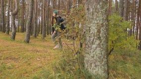De vrouwelijke toeristen gaan te voet door het hout, komen aan hun bestemming en zijn gelukkig, koesterend elkaar stock videobeelden