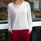 De vrouwelijke toevallige de uitrustings witte gebreide sweater van de de lenteherfst en het rode katoen hijgen in openlucht stock afbeeldingen
