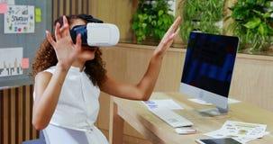 De vrouwelijke Uitvoerende macht die virtuele werkelijkheidshoofdtelefoon met behulp van stock footage