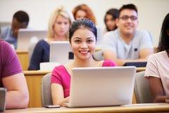 De vrouwelijke Universitaire Lezing van Studentenusing laptop in stock afbeelding
