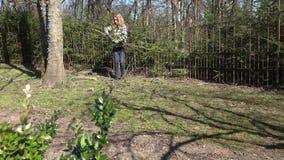 De vrouwelijke van de de oogstbesnoeiing van de tuinmanlandbouwer tak van de het fruitboom en draagt 4K stock footage