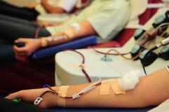 De vrouwelijke verpleegster trekt het bloed van de donor van container in flesjes Royalty-vrije Stock Foto