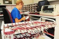 De vrouwelijke verpleegster trekt het bloed van de donor van container in flesjes Stock Fotografie