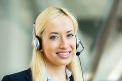 De vrouwelijke vertegenwoordiger van de klantendienst op handen vrij apparaat Royalty-vrije Stock Foto