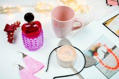 De vrouwelijke vlakte legt met parfume, gezichtspoeder en bieg kop op witte achtergrond stock foto's