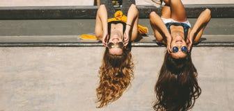 De vrouwelijke vrienden bij vleet parkeren op een de zomerdag royalty-vrije stock foto's