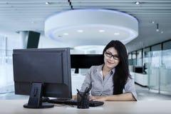 De vrouwelijke werknemer kijkt zeker met computer royalty-vrije stock foto's