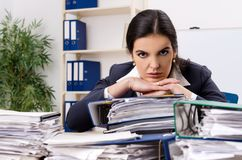 De vrouwelijke werknemer ongelukkig met het bovenmatige werk royalty-vrije stock fotografie