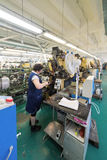 De vrouwelijke werknemers maken schoenen bij een schoenfabriek Royalty-vrije Stock Foto's