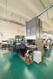 De vrouwelijke werknemers maken schoenen bij een schoenfabriek Stock Afbeelding