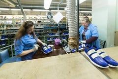 De vrouwelijke werknemers maken schoenen bij een schoenfabriek Royalty-vrije Stock Afbeeldingen