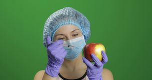 De vrouwelijke wetenschapper maakt een injectie met een geneeskundespuit in appel royalty-vrije stock afbeeldingen