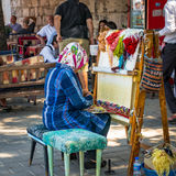 De vrouwelijke wever maakt traditioneel Turks tapijt royalty-vrije stock fotografie