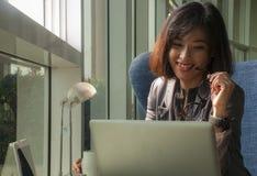 De vrouwelijke zakenlieden glimlachen stock afbeeldingen
