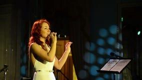 De vrouwelijke zanger zingt op stadium stock videobeelden