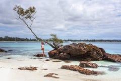 De vrouwelijke zomer van het de tijden idyllische strand van de vakantiepret stock foto's