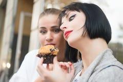 De vrouwen bekijken cupcake in Parijs, Frankrijk royalty-vrije stock fotografie