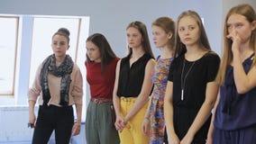 De vrouwen bereiden modeshow in modelschool voor stock videobeelden
