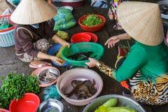 De vrouwen bereiden voedsel bij een Mekong Deltamarkt in Nga-Baai, Vietnam voor Stock Foto's