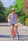 De vrouwen berijden fiets in het dorp Royalty-vrije Stock Afbeeldingen