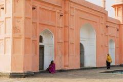 De vrouwen bezoeken mausoleum van Bibipari in Lalbagh-fort in Dhaka, Bangladesh stock fotografie