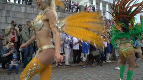 De vrouwen in Carnaval-kostuums dansen op de straten van de stad tijdens Samba Carnaval stock videobeelden