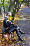 De vrouwen in de herfst parkeren Stock Fotografie