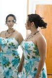 De vrouwen in de spiegel Royalty-vrije Stock Afbeeldingen