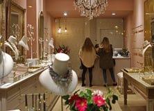 De vrouwen die bij juwelen winkelen slaan op stock foto's