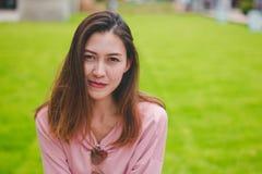 De vrouwen die roze overhemden dragen kijken royalty-vrije stock foto