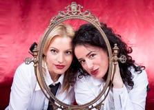 De vrouwen die van de manier met een retro frame stellen Royalty-vrije Stock Foto