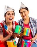 De vrouwen die van het reparatiehuis Bank met verf voor behang houden Royalty-vrije Stock Afbeelding