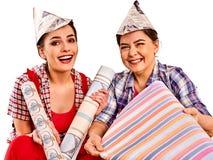 De vrouwen die van het reparatiehuis Bank met verf voor behang houden Royalty-vrije Stock Fotografie
