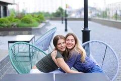 De vrouwen die van Nice bij koffie buiten zitten Stock Fotografie