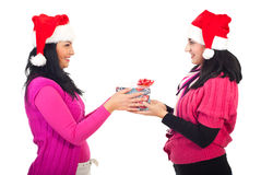 De vrouwen die van vrienden de gift van Kerstmis delen Stock Foto