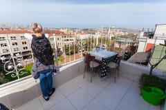 De vrouwen die zich op terras bevinden en genieten van de mening van Istanboel Stock Foto's